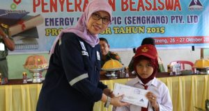 CSR Suprvisor EEES, Andi Gustina Menterahkan Beasiswa Kepada Siswa Kecamatan Gilireng