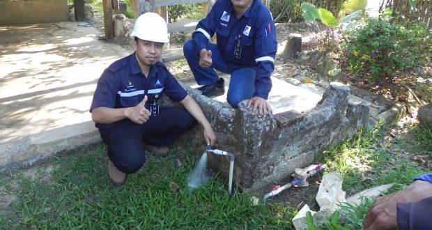 Operations Manager, Suratmin EEES, didampingi CSR Officer Sedang Menguji Coba Sarana Air Bersih