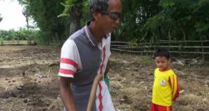 Ditengah keterbatasan yang dimiliki, Arif penderita tuna netra di Kabupaten Bone ini bekerja sebagai petani dan peternak sapi. (Ft. Atho, penarakyat.com)
