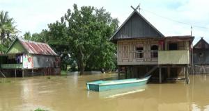 Ratusan rumah di tiga kecamatan di Kabupaten Pangkep tergenang banjir akibat curah hujan yang sangat tinggi yang berujung pada meluapnya sungai Sigeri. (Ft. Atho, penarakyat.com)