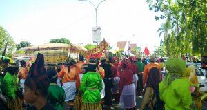 Kirab Pusaka yang digelar pada acara Napak Tilas Peradaban Besi Sulawesi ke 2 ( NTPBS #2 ) di Kota Palopo, Sulawesi Selatan ini merupakan kelanjutan pada acara 2 tahun lalu yakni, NTPBS #1 di Sorowako. (Ft. Herwin Aldy, penarakyat.com)