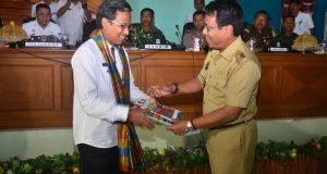 Ketua Timnas EKPPD Ir Gunawan saat diterima Bupati Pinrang Aslam Patonangi untuk melakukan Kunjungan Kerja di Pinrang.