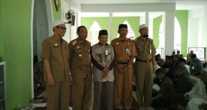 Kepala Kemenag Sidrap Kaharuddin Aras bersama Sekkab Sidrap H Ruslan dan TU Kemenag Abdul Gaffar.