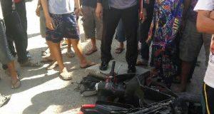Motor pelaku Pencurian di Pinrang dirusak warga setempat, Minggu (5/2).