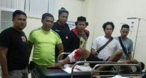 Unit Resmob Polres Pinrang bersama tersangka usai ditembak.