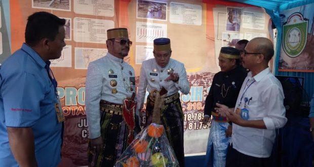 Walikota Parepare HM taufan Pawe memberikan penjelasan kepada Gubernur Sulsel SYL saat puncak HUT Parepare ke 57.