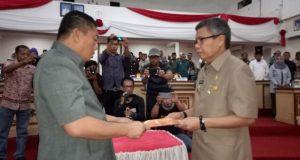 Taufan Pawe menyerahkan Ranperda kepada ketua DPRD Parepare saat Rapat Paripurna.