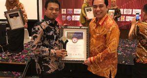 CEO PT Annur MAarif H. Bunyamin Yapid saat menerima dua penghargaan sekaligus, di Jakarta, Sabtu (6/5).