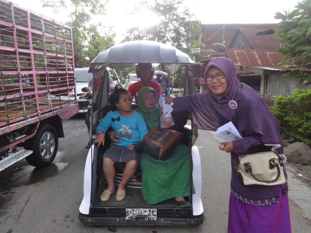 Anggota Salimah Wajo berbagi dengan pengguna jalan