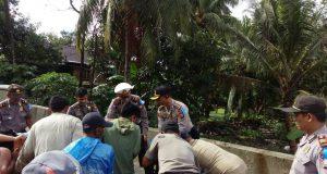 Kapolres Sidrap saat membantu warga membersihkan material yang menghalangi poros Sngkang-Sidrap di jembatan Desa Kalosi, Selasa (20/6/2017).