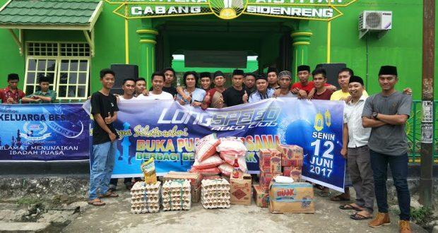 Komunitas Mobil Long Speed berfose bersama dengan pengurus dan anak panti asuhan SejahteraPangkajene, Senin (12/6/2017).