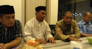 H. Amran Mahmud nampak serius berdiskusi dengan Ketua DPD PKS Wajo Ambo Upe
