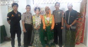 Kedua mempelai pengantin berfose bersama dengan penyidik Satnarkoba Polres Sidrap setelah proses ijab kabbul di Masjid Al Ikhlas Polres Sdrap, Jumat (7/7/2017).
