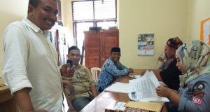 Anggota KPU Sidrap Mansyur saat mengecek pelamar yang mendaftar PPK/PPS dikantor Sekertariat KPU Sidrap, Selasa (17/10/2017).
