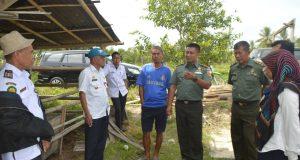 Dandim Sidrap letkol Inf Eko Paskha HN didampingi Kadis Pertanian Amiruddin saat meninjau langsung kesiapan cetak sawah untuk MT Okmar, di Desa Rijang Panua,Kulo, Sidrap, Rabu (18/10/2017).