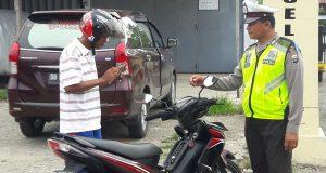 Aparat Satuan Lalu Lintas Polres Sidrap saat menggelar operasi Zebra disalah satu poros jalan di Kecamatan Marintengae, Rabu (15/11/2017).