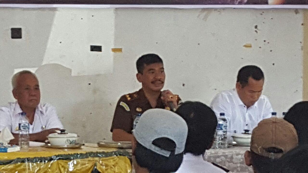 Kajari Sidrap Jasmin Simanullang saat memberikan pencerahan tentang dampak bahaya narkoba di Kelurahan Amparita, Kecamatan Tellu Limpoe, Sidrap, Rabu (15/11/2017).