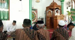 Ketua DPRD Wajo HM Yunus Panaungi, saat menghadiri maulid di Desa Liu, Kecamatan Sabbangparu