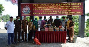 Pemusnahan barang bukti tindak pidana oleh Kejaksaan Negeri Soppeng, Kamis 01/02/2018.