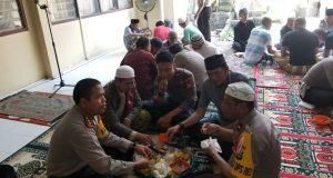 Kapolres Sidrap AKBP Ade Indrawan mengajak makan 35 orang tahanan setelah shalat Jumat berjemaah.