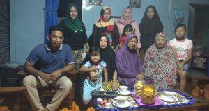 Keluarga Abi Rafdi Sidrap berfose bersama