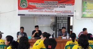 Para pemateri dari Kesbangpol Sidrap, KPUD dan Bawaslu serta KNPI saat membawakan penyuluhannya pada masyarakat kelurahan Arateng, kecamatan Tellu Limpoe, Jumat (14/12/2018).