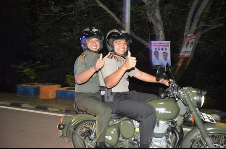 AKBP Ade Indrawan bersama Letkol Inf Eko Paskah. HN pada suatu momen di Sidrap.