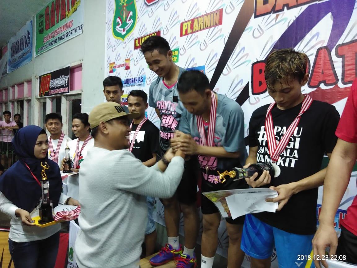 Ketua Umum Pengcab FAI Sidrap Muh Yusuf DM menyerahkan medali, uang pembinaan dan Piala bergilir Bupati Cup Sidrap, digedung masyarakat GOR Usman Isa, Ahad malam (23/12/2018).