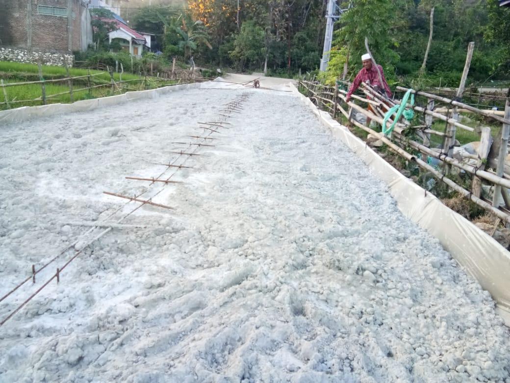 Tampak jalanan beton paket Lembae-Coppo yang sementara dikerjakan cv mega jaya pratama (1/7/2019)