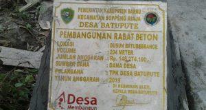 Ketfot : Tampak Prasasti kegiatan jalan beton (10/10) di dusun baturebangnge Desa Batupute Kecamatan Soppeng Riaja Kabupaten Barru.