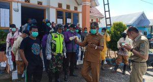 Tampak Kepala Desa Pancana disela-sela apel kegiatan persiapan penanganan pencegahan covid 19 di kantor Desa Pancana Kecamatan Tanete Rilau Kabupaten Barru, Selasa (1/4/2020) lalu.