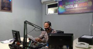 Edukasi penerapan protokol kesehatan melalui media radio oleh Satlantas Polres Wajo guna menekan penyebaran Corona Virus Disease 2019 (Covid-19) di Wilayah Kabupaten Wajo. (*/Jumardi)