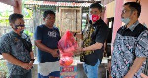 tampak Sekdakab Barru DR Andi Bustan AB Msi bersama Asisten II Abdul Rahim SIP Msi sedang menyerahkan bantuan kepada warga Sulbar korban gempa di Kelurahan Palanro Kecamatan Maallusetasi Kabupaten Barru (22/1).