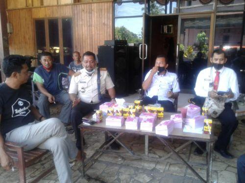 Tampak : Amar SE (tengah) selaku Kepala  Bidang Penagihan, Pembukuan dan Pelaporan Bapenda Barru, bersama tim disela-sela pertemuan dengan pihak CV.Resky Sanjaya (3/3) di Tanete Rilau Kabupaten Barru.